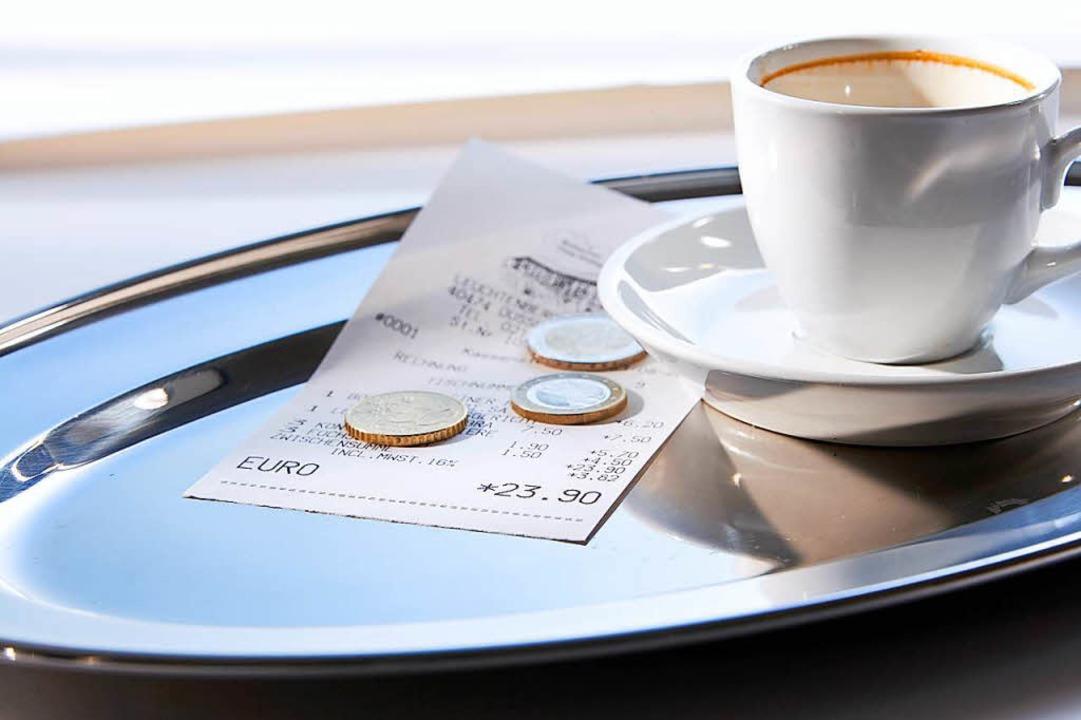 Ein Schluck. Bezahlen. Ciao – so...enn neue Gäste auf einen Tisch warten?    Foto: Andreas Söhn (Adobe)