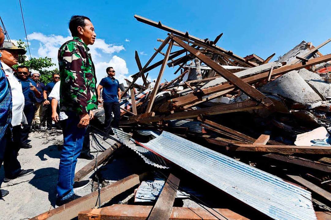 Retter suchen nach Überlebenden.  | Foto: dpa