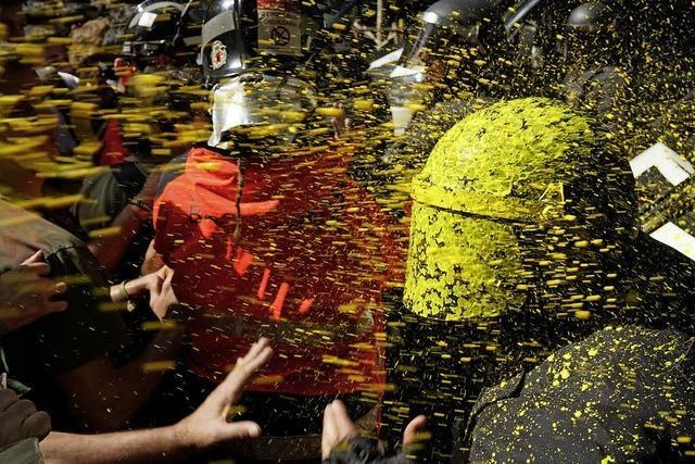 Katalanische Separatisten gegen Polizisten