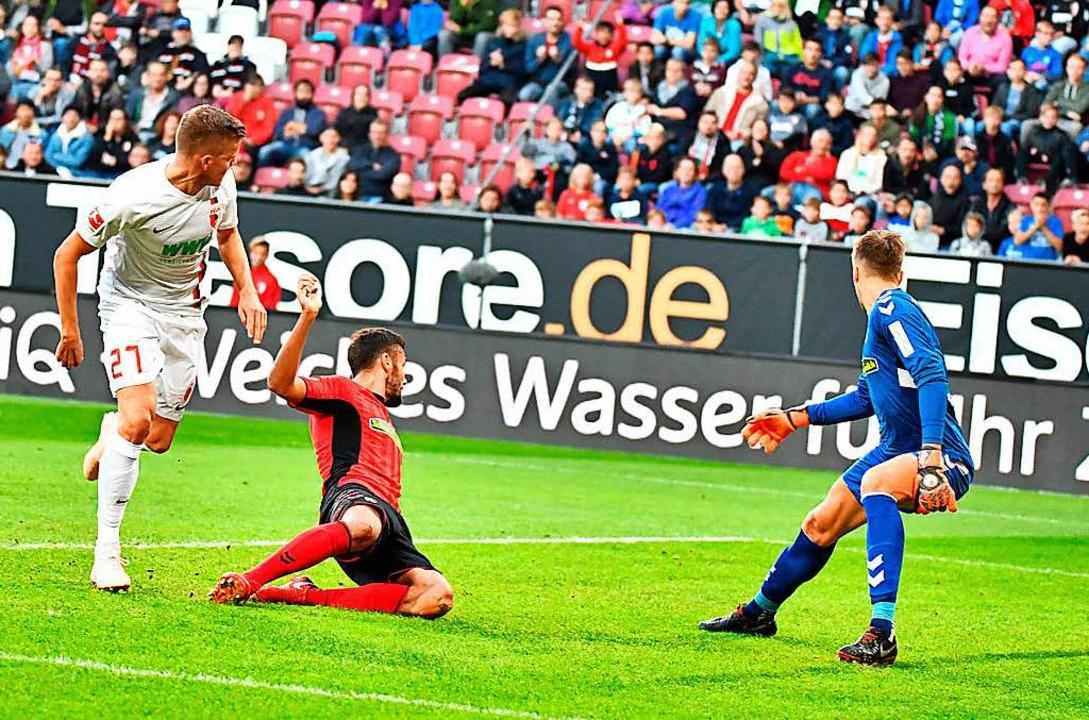 Das 2:0 für den FC Augsburg: Der überr...lexander Schwolow  kann nur zuschauen.  | Foto: Achim Keller