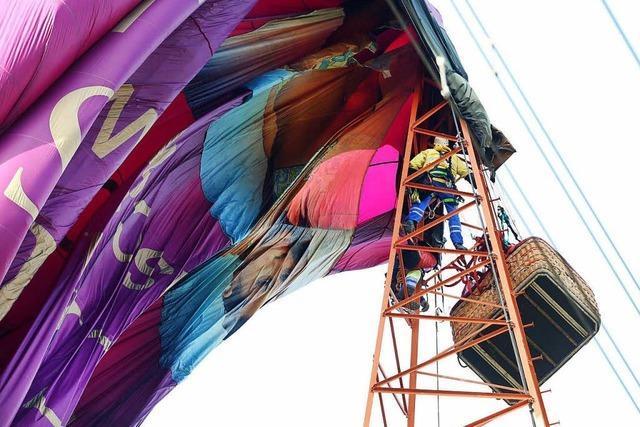 Sechs Menschen aus Heißluftballon in 65 Metern Höhe befreit