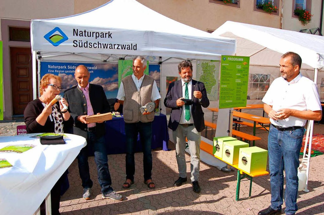 Begrüßung und Gespräch mit den Offizie...ix MdL und Roland Schöttle (von links)  | Foto: Christian Ringwald