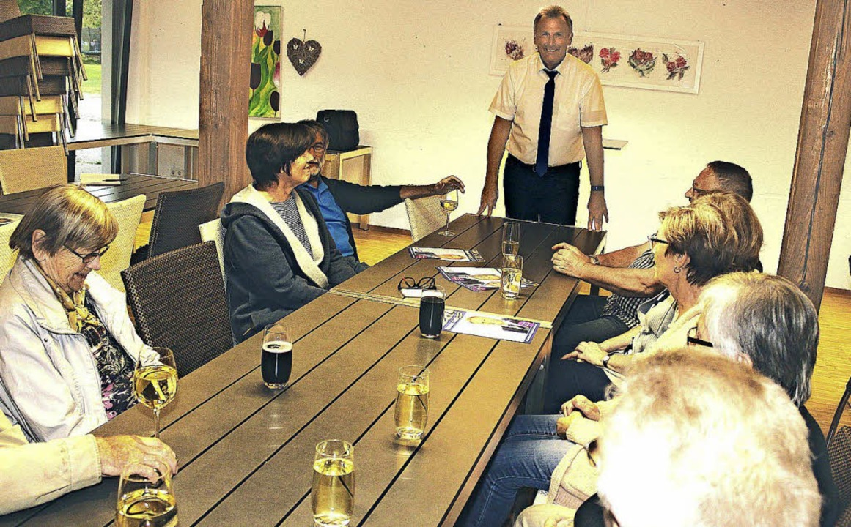 Bürgermeisterkandidat Thomas Gsell (st... Gespräch mit Bürgern aus Enkenstein.     Foto: Privat