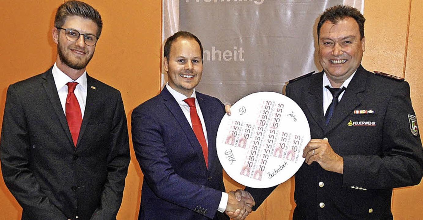 Im Namen der 20 Vereine und Organisati...Löffler (links)  und Mathias Löffler.   | Foto: Josef Faller