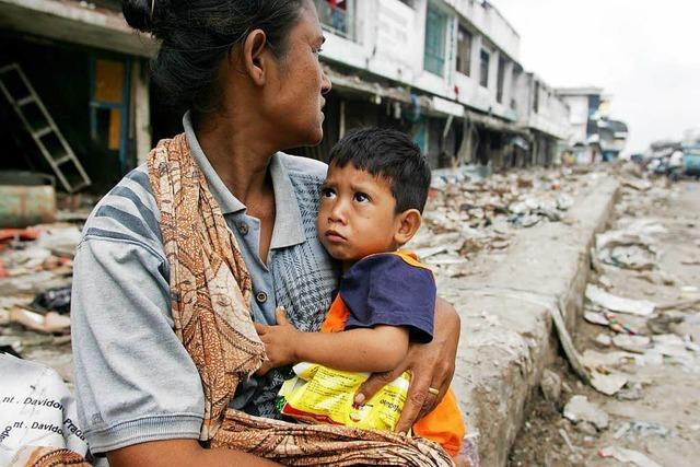 Im Tsunamigebiet suchen die Helfer mit bloßen Händen nach Verschütteten