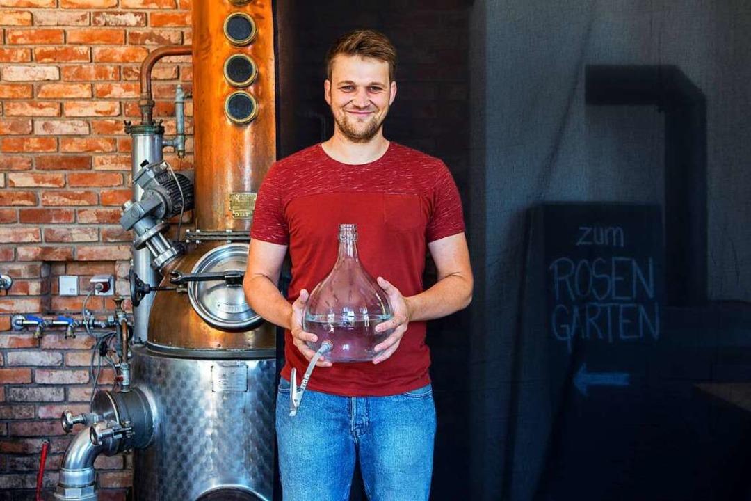 Marcel Weiß neben einer von zwei Destillen, die es auf dem Rosenhof gibt.   | Foto: Joss Andres