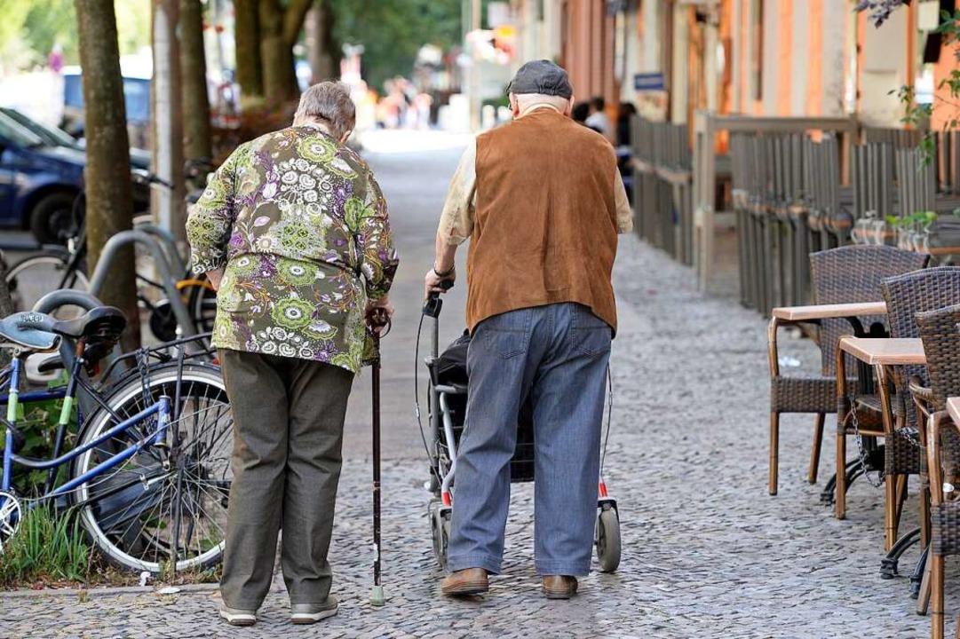 Nachbarschafthilfe ist wertvoll für Senioren.  | Foto: dpa