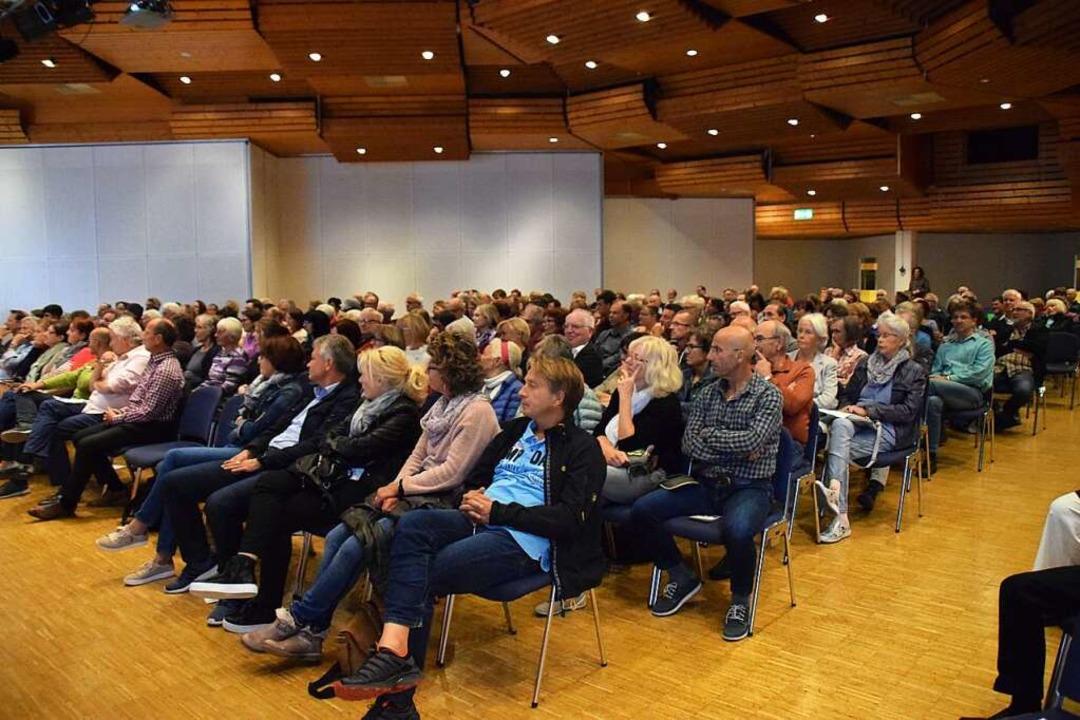 Rund 300 Zuhörer verfolgten den Abend gespannt.  | Foto: Stefan Ammann
