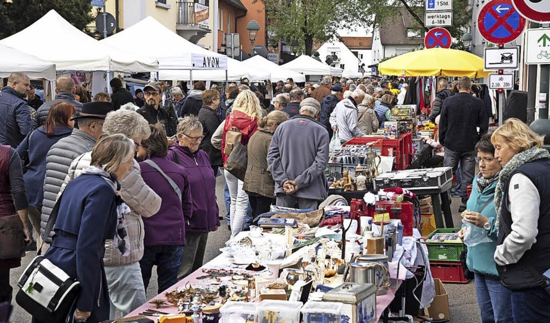 Besonders begehrt ist der Flohmarkt – er zählt zu den größten der Region.  | Foto: Volker Münch