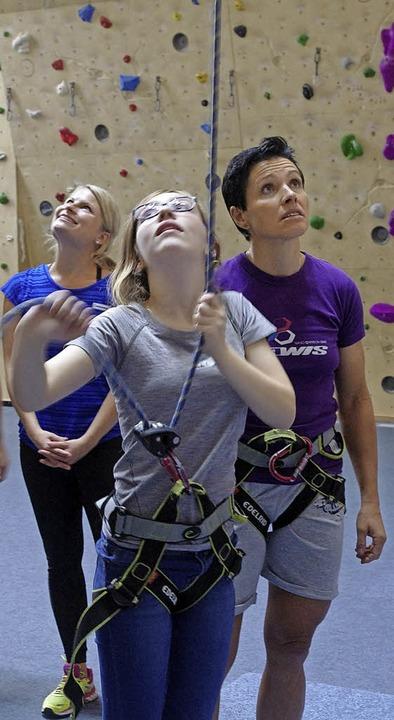 Sabine Spitz (rechts) gibt den Schülerinnen Tipps beim Klettern.    Foto: Annika Sindlinger
