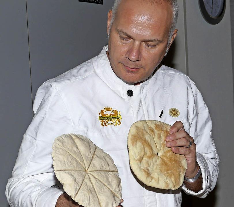 Matthias Schwehr stellte die Fladenbro...mit man das Brot besser brechen kann.   | Foto: Christel Hülter-Hassler
