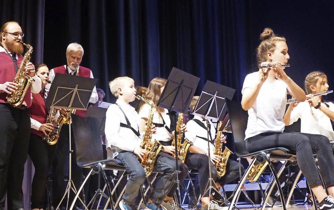 Bei einem Stück unterstützen aktive Musiker den Nachwuchs.     Foto: Anne Freyer