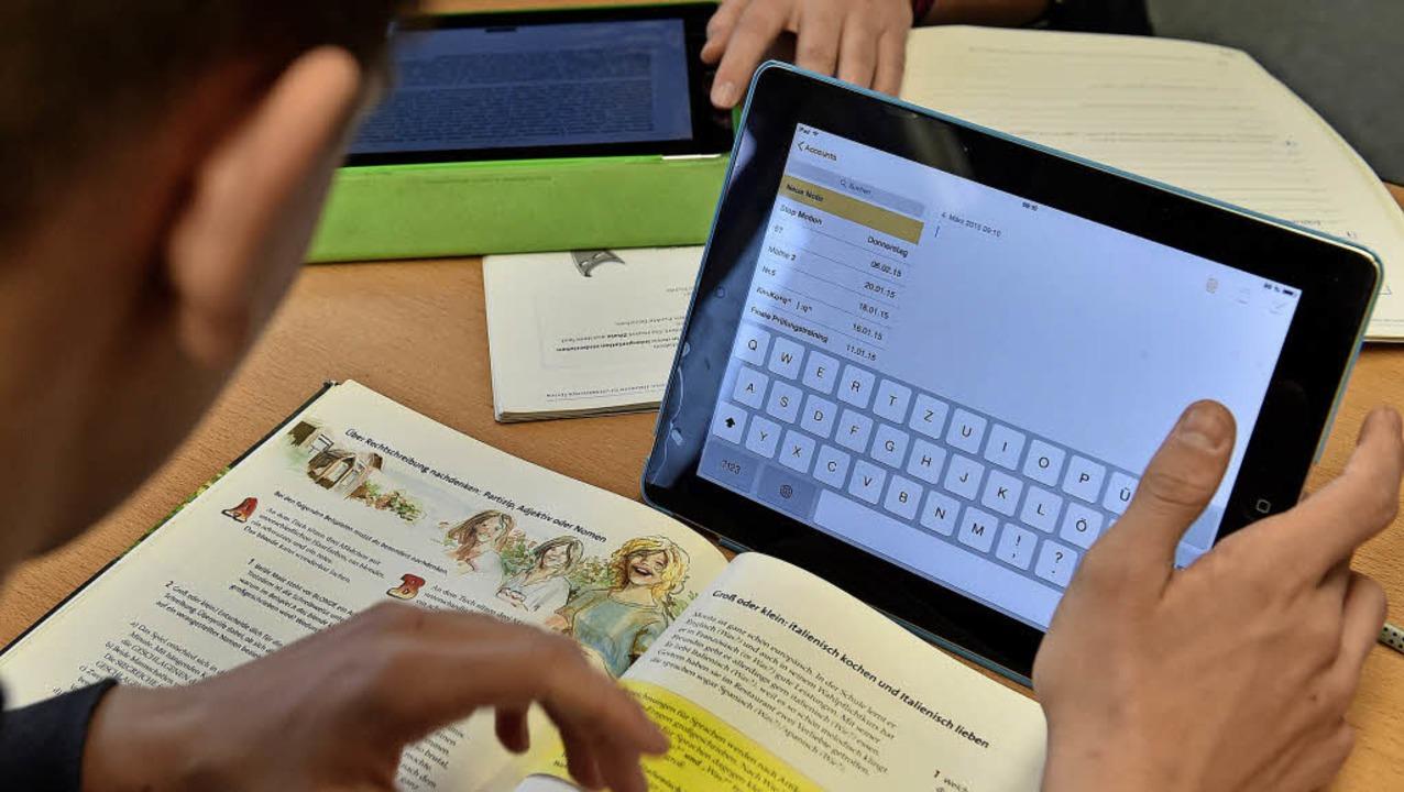 In vielen Schulen werden elektronische...ets bereits im Unterricht eingesetzt.   | Foto: dpa