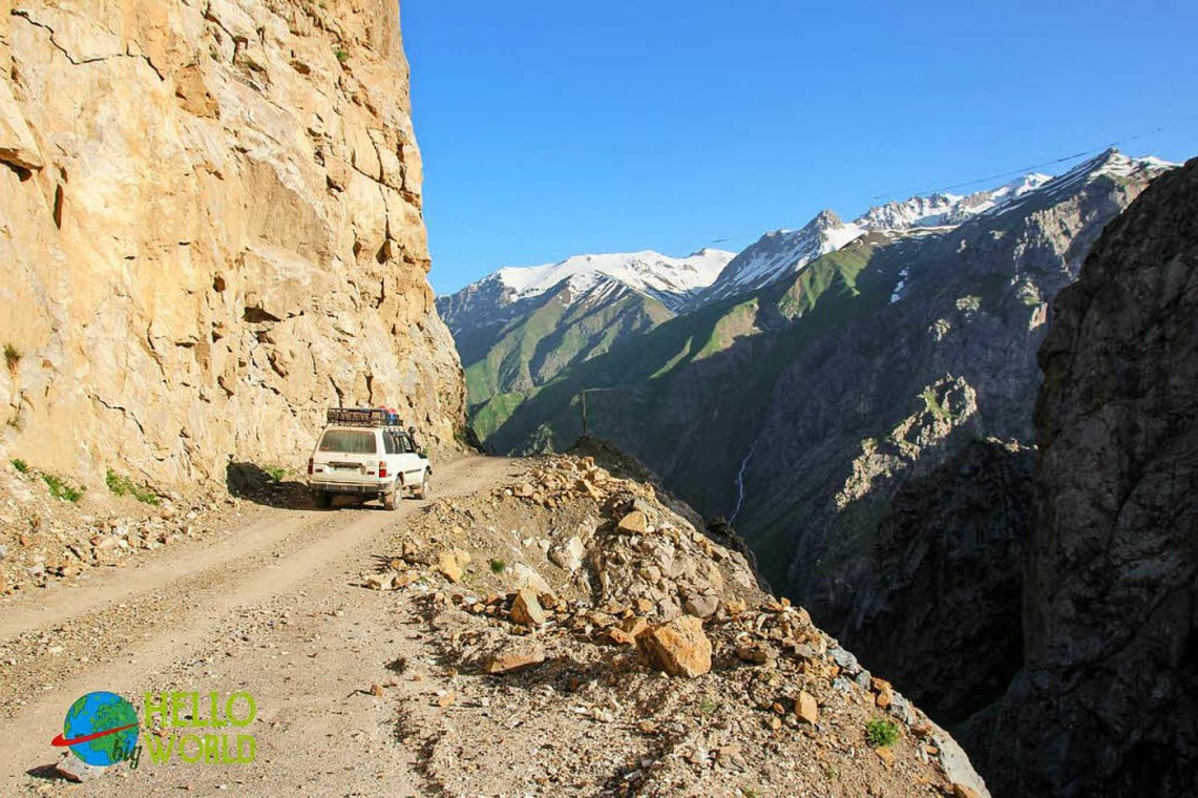 Auf dem Pamir Highway in Tadschikistan  | Foto: Matthias Zimmermann & Theresa Riesterer