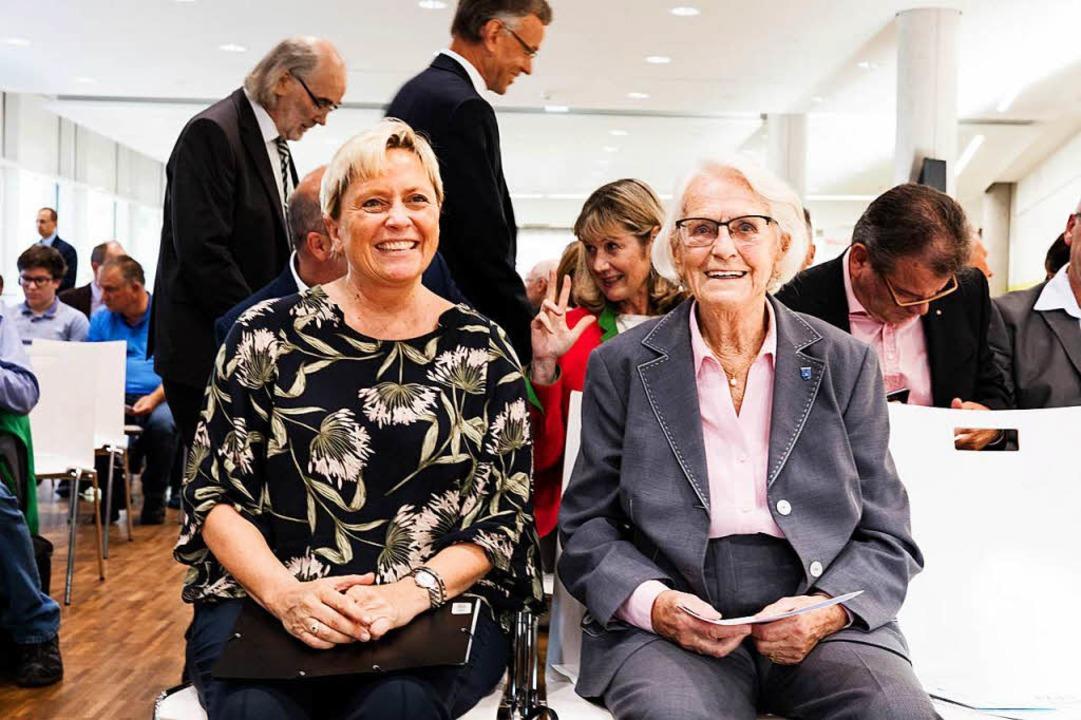 Kultusministerin Susanne Eisenmann und Gisela Sick.  | Foto: Gabriele Zahn