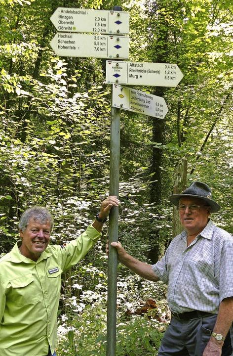 Der Laufenburger  Wegewart und sein Vo...er (links) mit Manfred Martin im Wald   | Foto: David Rutschmann