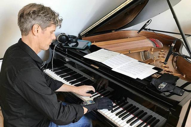So macht Pianist Ralf Schmid mit Datenhandschuhen Musik greifbar