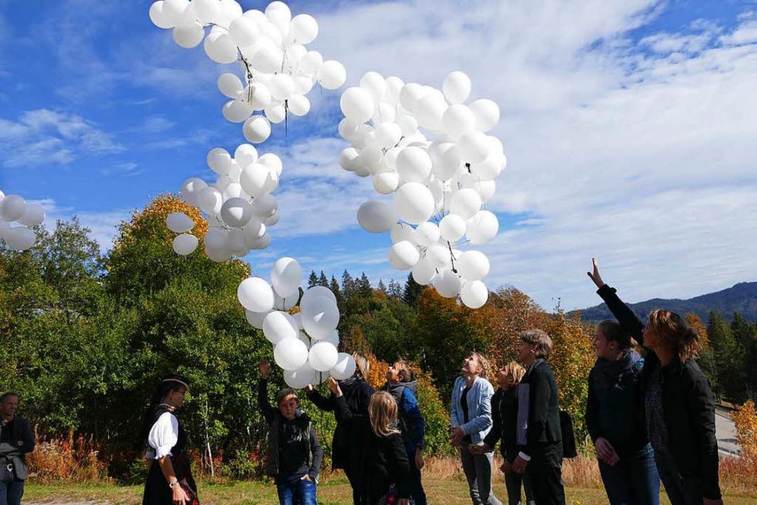 Wie Schneeflocken wirkten die Luftball...zum Gedenken  in den Himmel schickten.  | Foto: Tanja Bury