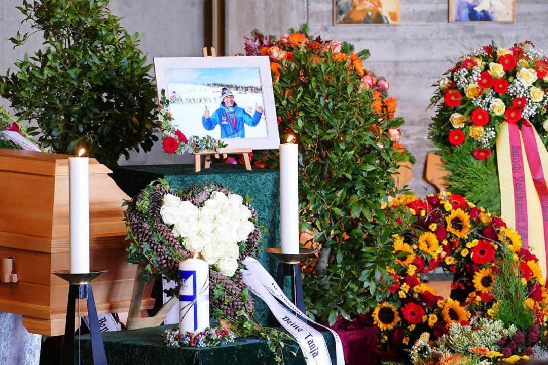Blumenschmuck am Sarg – und viel Kränze.  | Foto: Tanja Bury