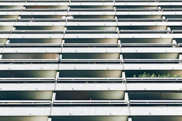Mann flüchtet vor einem Angreifer über seinen Balkon – im 13. Stock