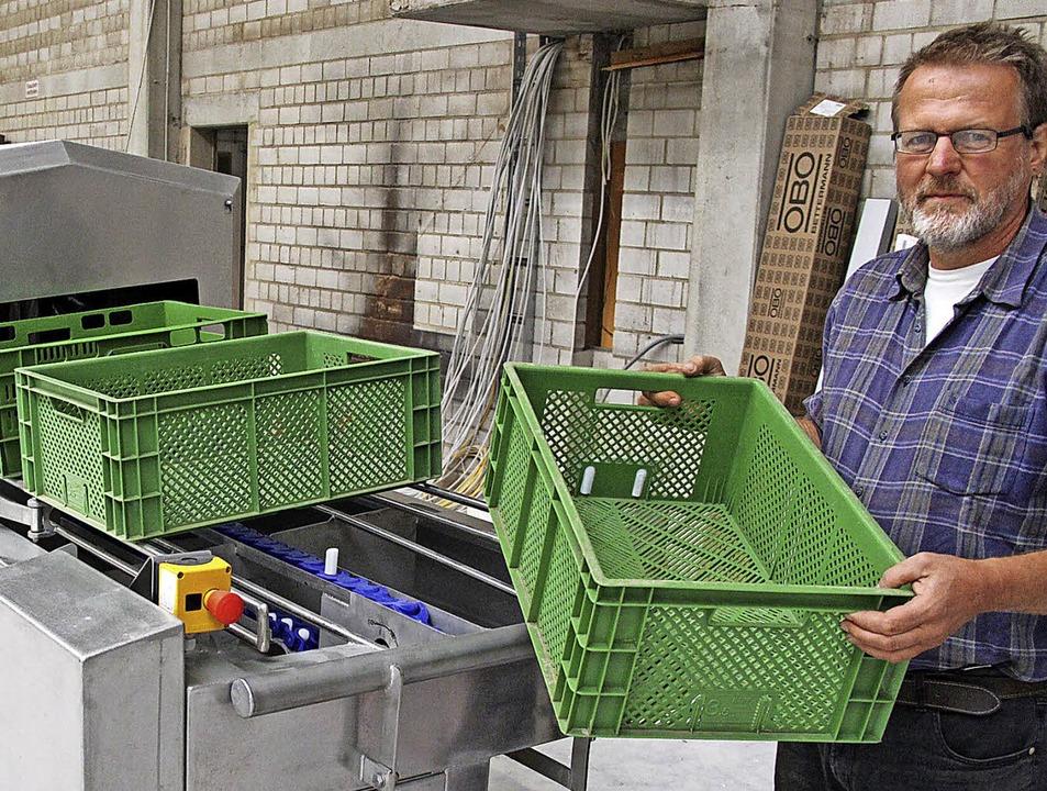 Die neu angeschaffte Kistenwaschmaschi...sführer Wolfgang Hees schon getestet.   | Foto: Horst David