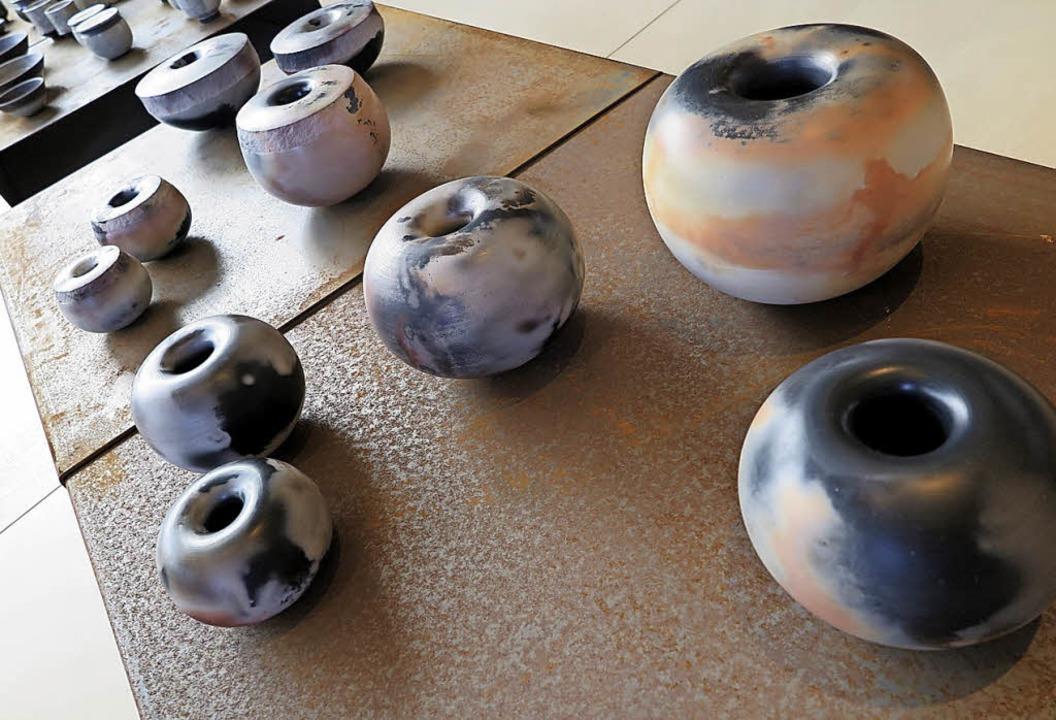 Wie  seltene Schneckenhäuser wirken die Keramiken von Eva Stoll.  | Foto: Beatrice Ehrlich