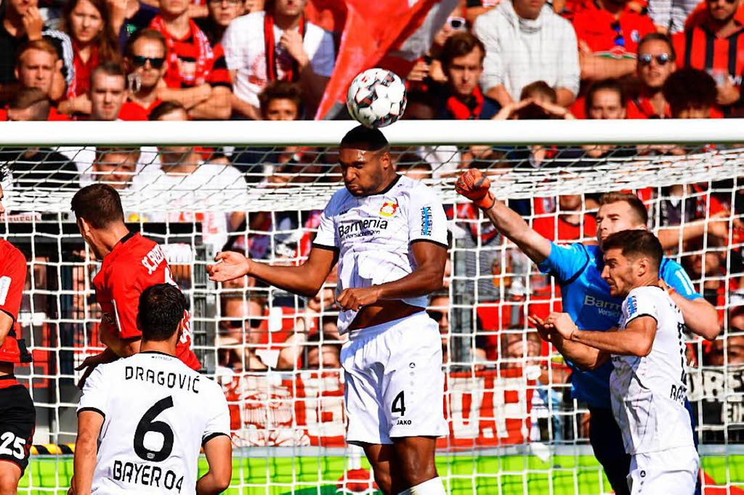 Meist war der SC in der Defensive, hie...alspieler Jonathan Tah per Kopf klärt.  | Foto: Achim Keller