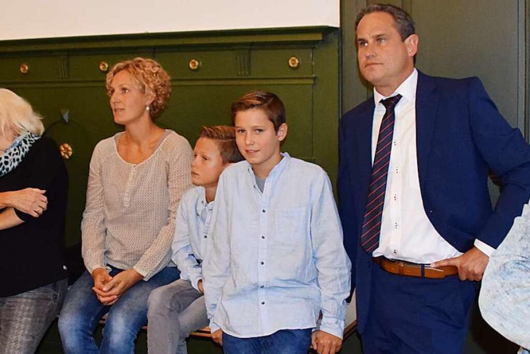 Überraschungskandidat Dirk Harscher war mit seiner Familie ins Rathaus gekommen.  | Foto: Stefan Ammann