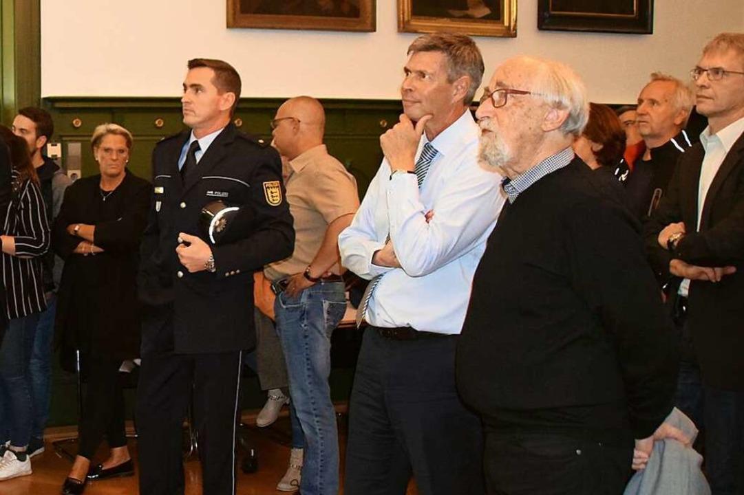 Polizeirevierleiter Christoph Dümmig, ...Klaus Strütt verfolgen die Auszählung.  | Foto: Stefan Ammann