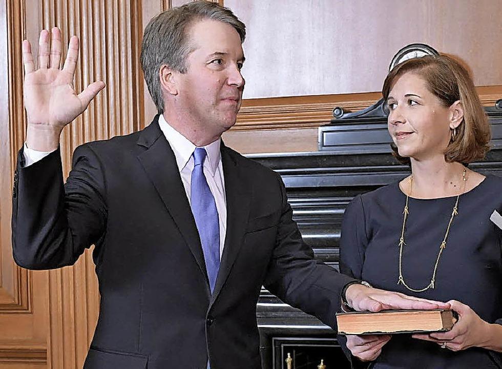 Brett Kavanaugh schwört den Amtseid au...– neben ihm seine Ehefrau Ashley  | Foto: dpa