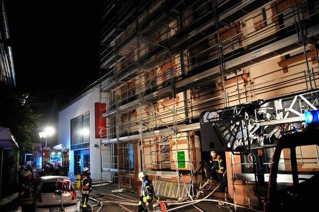 Feuerwehr löscht brennendes Geschäftshaus in der Offenburger Innenstadt
