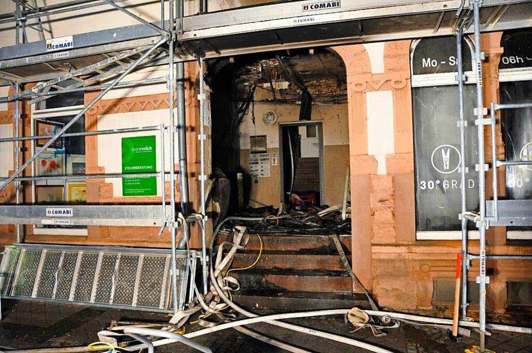 Das Feuer war im Eingangsbereich des G...ch die darüberliegende Decke erfasst.     Foto: Helmut Seller