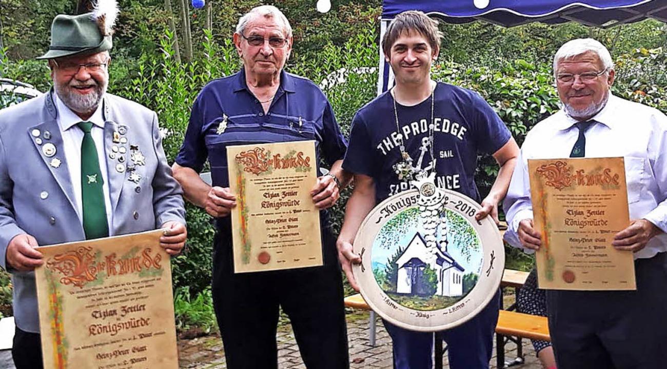 Siegfried Woywod gratuliert  Alfred Zi...ettler, Heinzpeter Glatt (1. Ritter).   | Foto: Privat