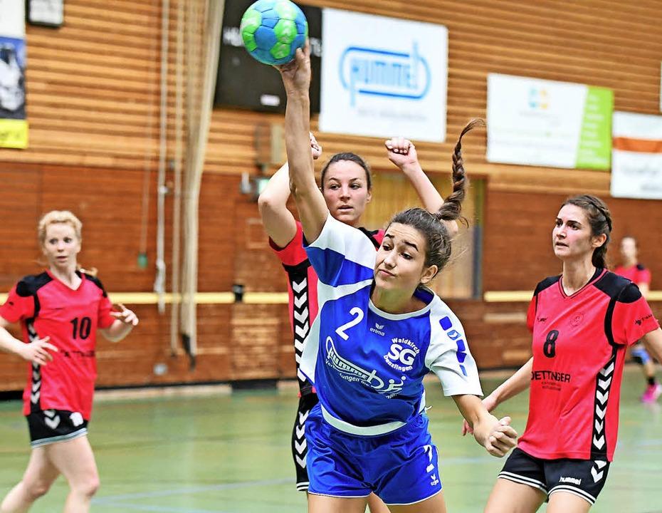 Lena Fix (beim Wurf) erzielte gegen di...acht drei Tore für die Elztälerinnen.   | Foto: Achim Keller