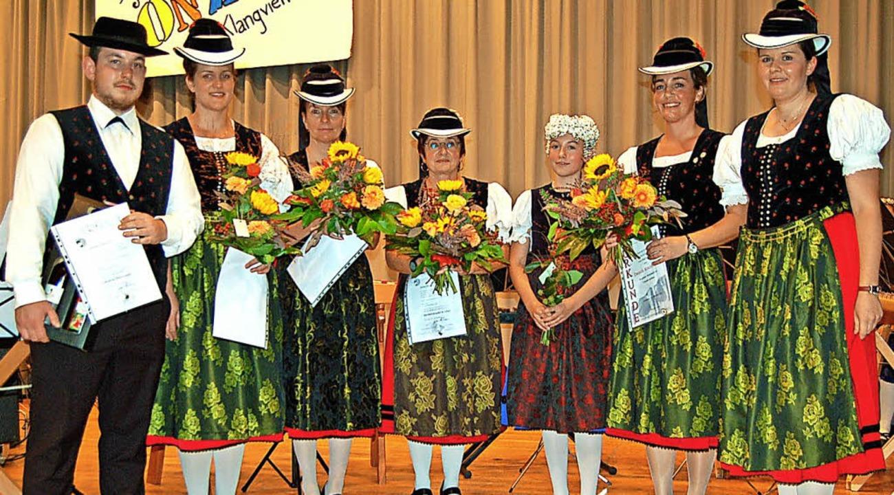 Die geehrten Mitglieder der Glottertäler Akkordeon-Trachtengruppe  | Foto: Christian Ringwald