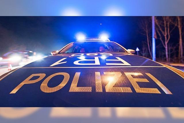 Betrunkener pöbelt Kunden an und beleidigt Polizisten