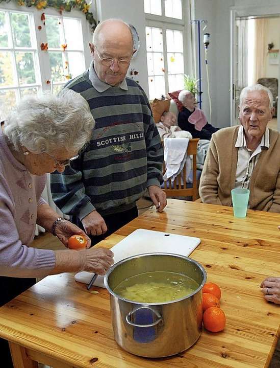 Das gemeinsame Kochen ist ein wichtige... in einer betreuten Wohngemeinschaft.   | Foto: Bernd Thissen (dpa)