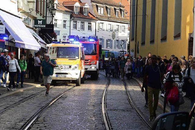 Feuerwehr rückt wegen angebrannten Essens aus – Linie 1 kurz unterbrochen
