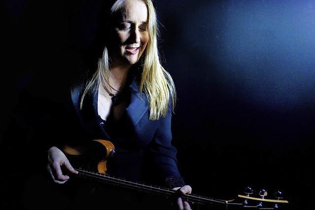 Songwriterin, Gitarristin und Sängerin Ffiona Boyes mit weiblichem Blues im Chabah Kandern