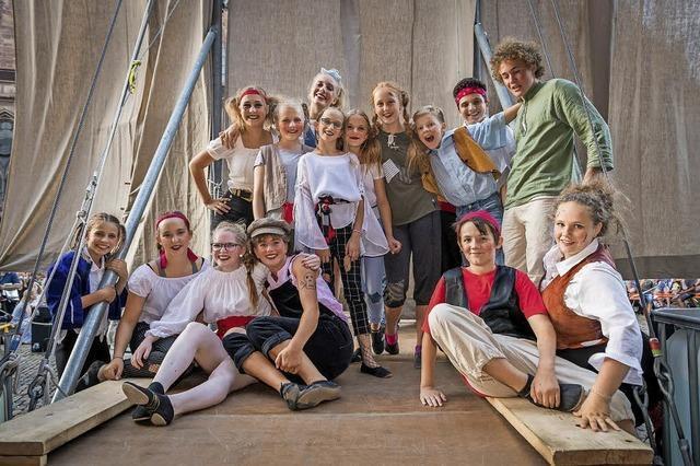 Kinder und Jugendliche des Circus Harlekin mit unterhaltsamer Akrobatik und Artistik
