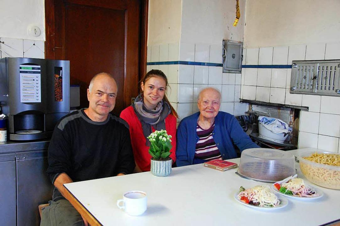 "Die Küche des Ötlinger ""Ochsen&#...sowie von Enkelin Svenja Marx umsorgt.  | Foto: Herbert Frey"
