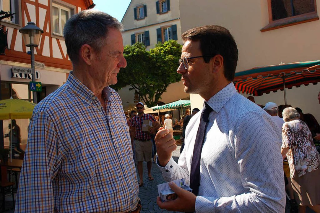 Marco Steffens im Gespräch mit Offenburger Bürgern.  | Foto: Ralf Burgmaier