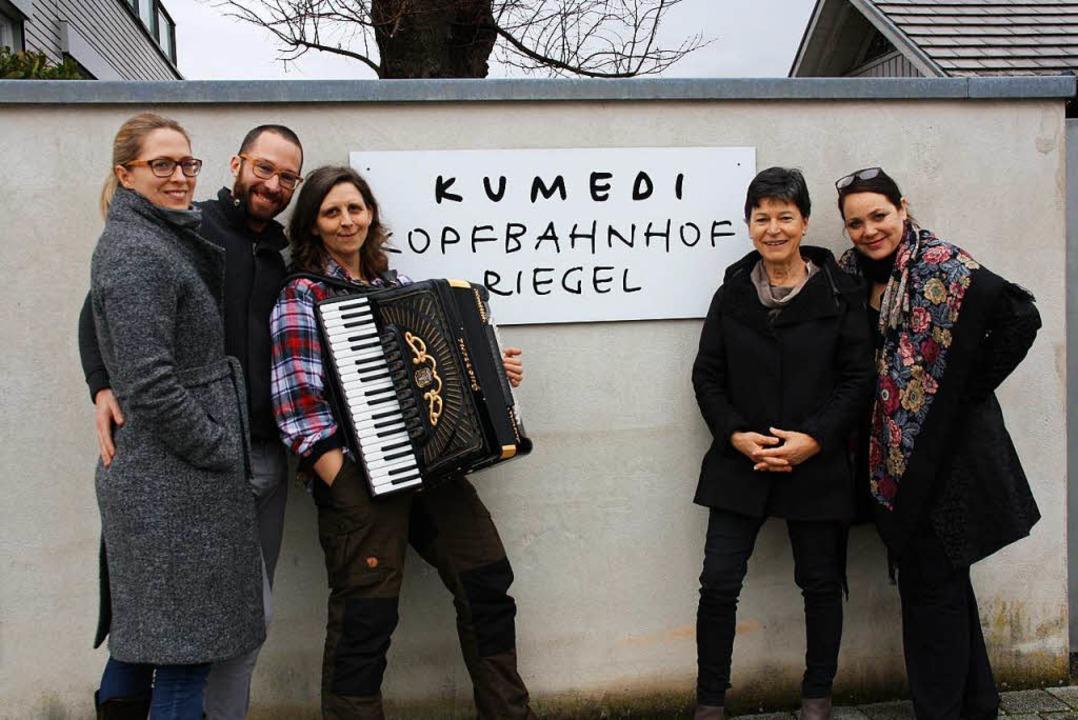 Präsentieren in der Riegeler Kumedi ei...Fünfgeld und Nicole Knuth (von links).  | Foto: Christiane Franz