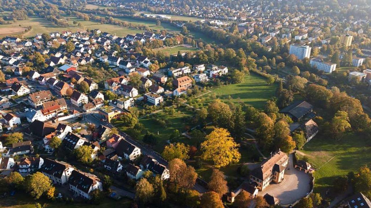 Das Drohnenfoto zeigt rechts oberhalb ...hann-Jakob-Fechter und Hirschenhofweg.  | Foto: Michael Saurer