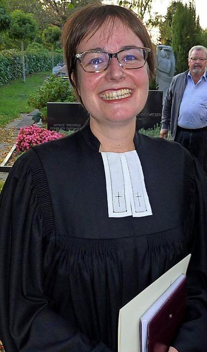 Pfarrerin Christina Schäfer mit ihrer Ernennungsurkunde für Teningen  | Foto: Karlernst Lauffer