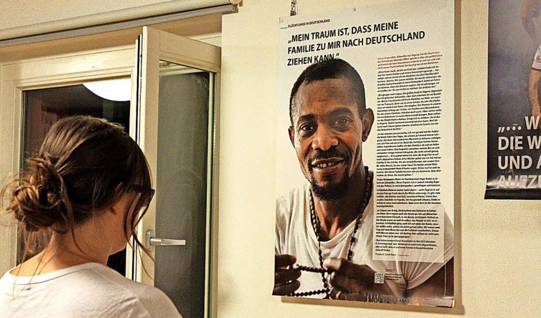 Besucherin vor einem Plakat in der Ausstellung im Roten Haus.   | Foto: ZVG