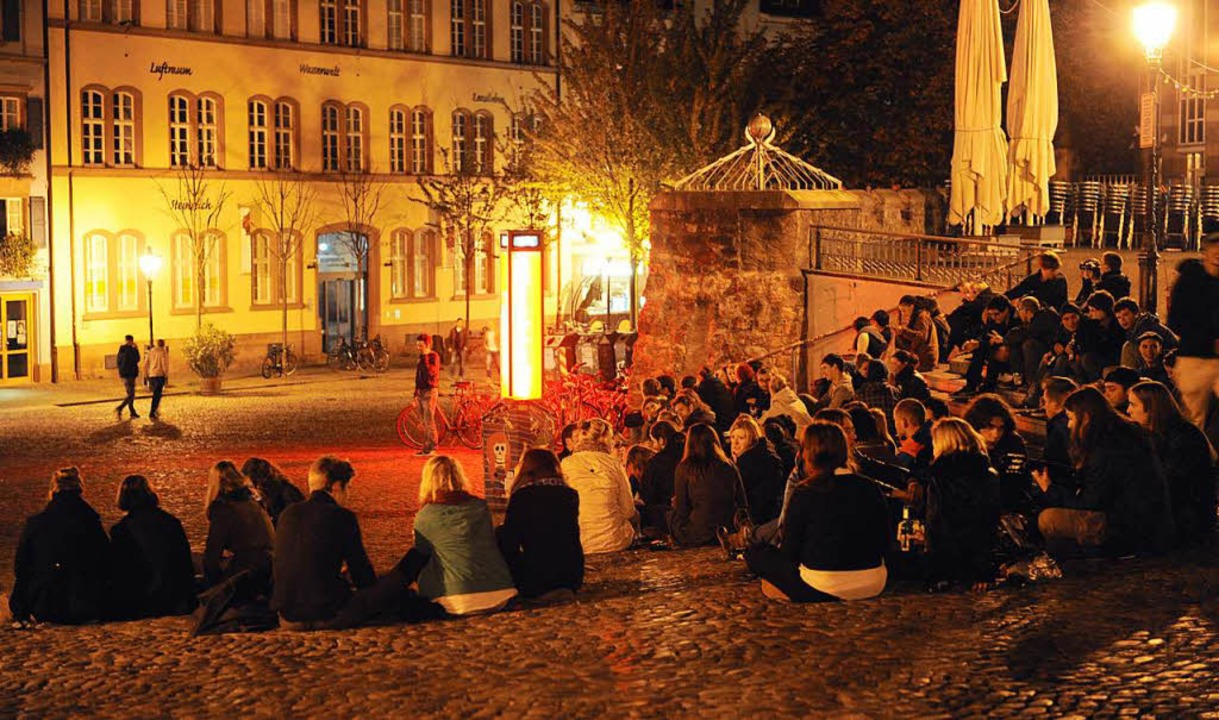 Jugendliche  auf dem Augustinerplatz in der Innenstadt.  | Foto: dpa