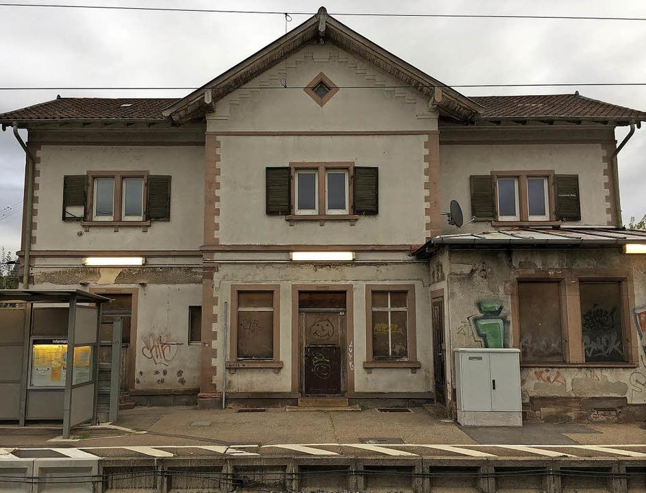 Bröckelnder Putz, kaputte Fensterläden...ien: Das Bahnhofsgebäude in Köndringen    Foto: Patrik Müller