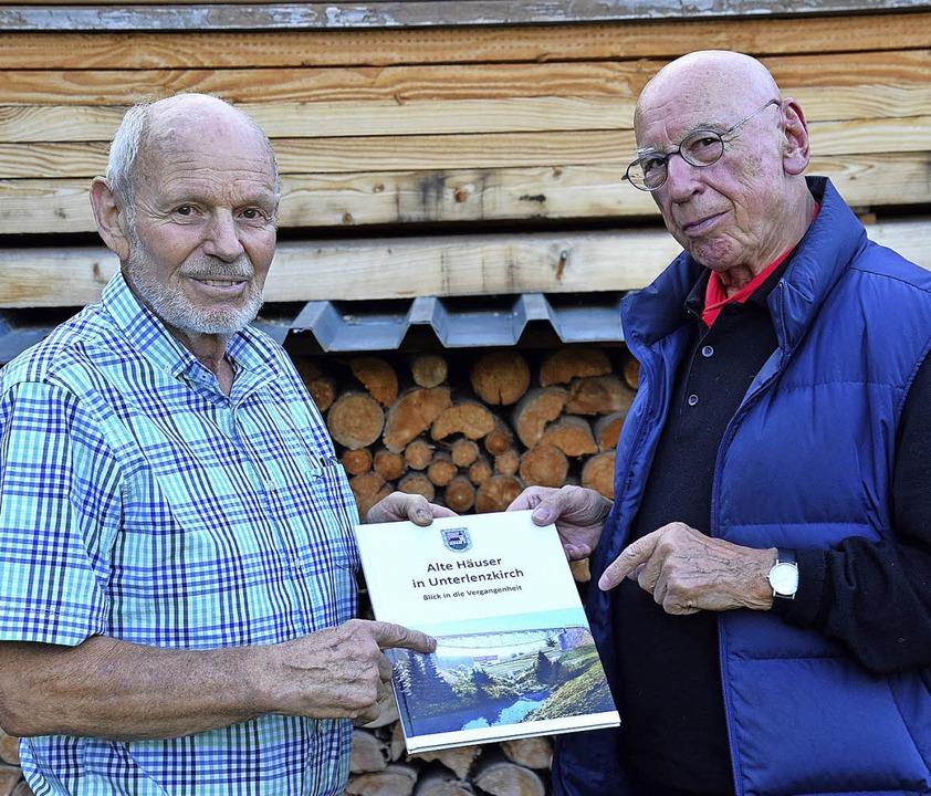 Eugen Fuchshuber und Volker Ellwanger ...en Buch über das alte Unterlenzkirch.   | Foto: Manfred-G. Haderer