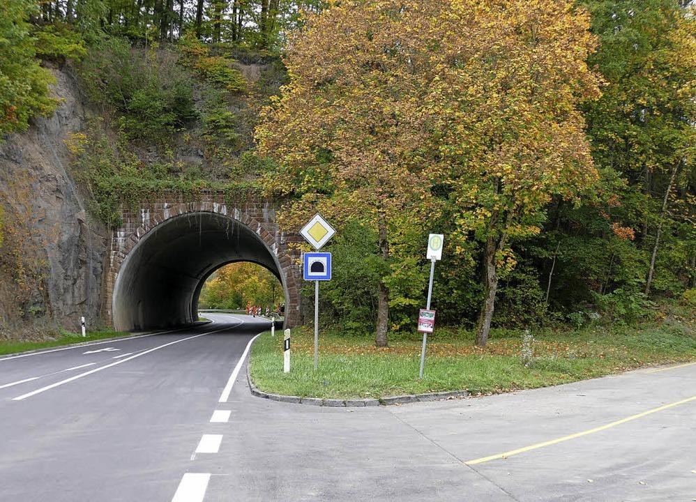 Wegen Sicherungsarbeiten wird der B 31...m Bild) um den Tunnel herum geleitet.   | Foto: Juliane Kühnemund